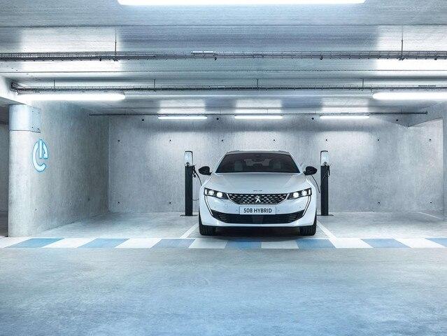 Plug-in hybride auto opladen