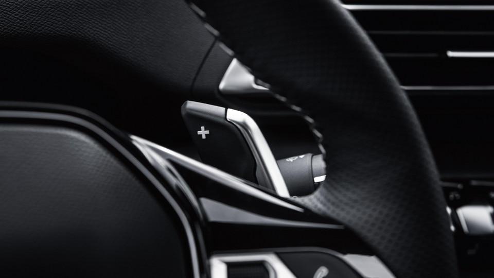 Nieuwe PEUGEOT 5008 SUV: Compact stuurwiel met geïntegreerde toetsen