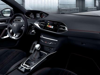 De nieuwe Peugeot 308 GT Line – interieur met aluminium stijlelementen en rode sierstiksels