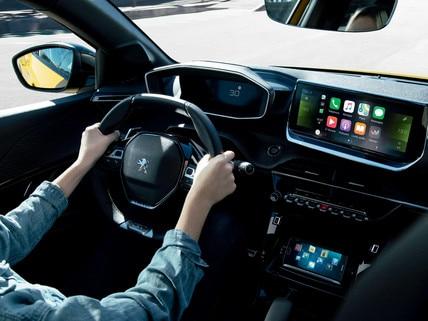 Nieuwe Peugeot 208 - Interieur met vrouw achter het stuur