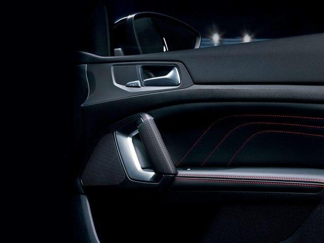 De nieuwe Peugeot 308 GT – rode sierstiksels op de portierpanelen