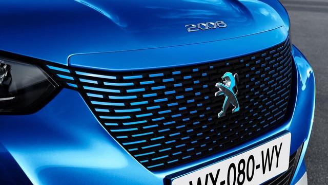 De nieuwe elektrische SUV Peugeot e-2008: grille in de kleur van de carrosserie, met een dichroïsche Leeuw