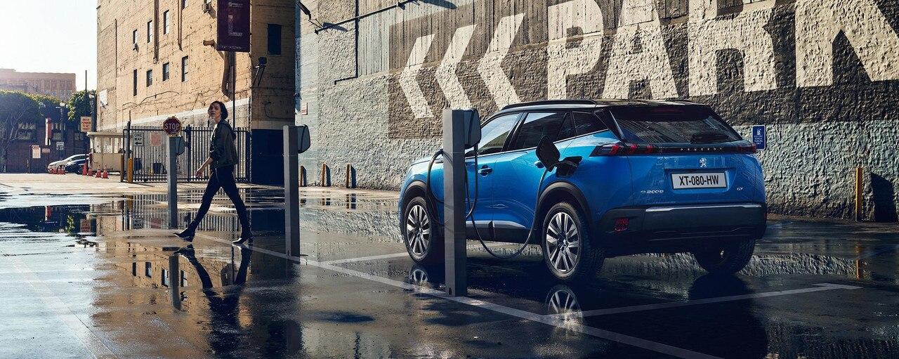 De nieuwe elektrische SUV Peugeot e-2008: opladen via een openbaar laadpunt