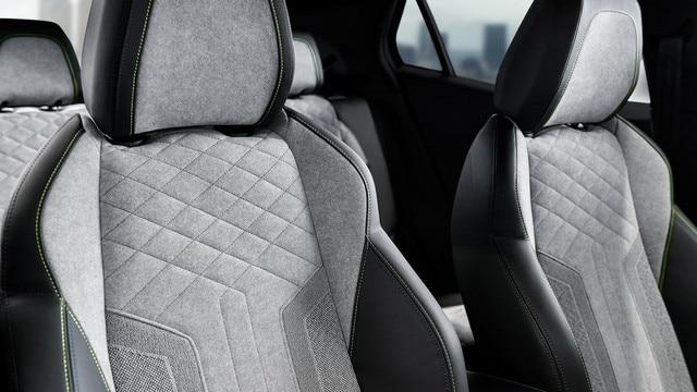 De nieuwe elektrische SUV Peugeot e-2008: exclusieve GT-stoelen, bekleed met alcantara® in de kleur Gris Gréval