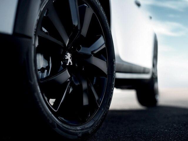 17 inch Full Black Eridan-velgen, gespoten in Noir Onyx met Noir Onyx naafdop en zwarte wielbouten – Peugeot 2008 SUV optie Black Pack