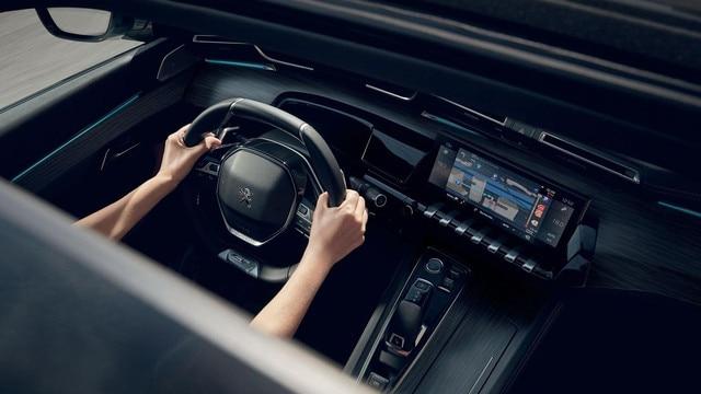 Nieuwe Peugeot 508 SW, 10 inch capacitief touchscreen, Mirror Screen en Connect 3D-navigatiesysteem met spraakherkenning.
