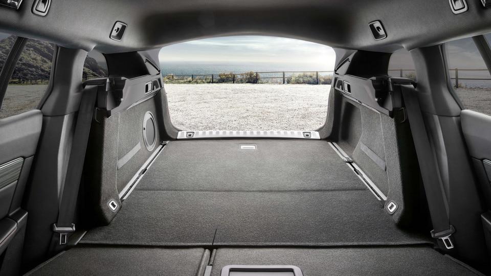 De grote bagageruimte van de nieuwe PEUGEOT 508 SW, met een elektrisch bedienbare handsfree achterklep, een lage laaddrempel en een bagagenet voor hoge belading