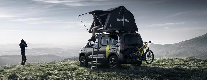 PEUGEOT RIFTER 4X4 CONCEPT – Achteraanzicht met Peugeot-mountainbike en uitgevouwen tent