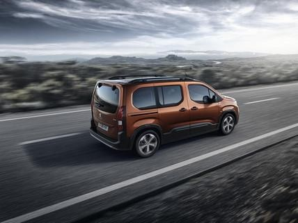 Peugeot Rifter – rijdende auto van achteren