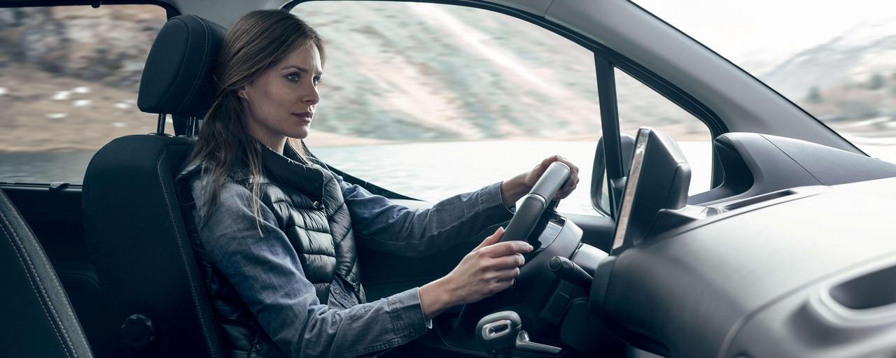 Nieuwe PEUGEOT Rifter – interieurcomfort met vrouw achter het stuur