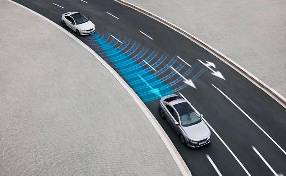 Nieuwe PEUGEOT 508 Berline, technologie voor semi-autonoom rijden met adaptieve cruise control met Stop & Go-functie en Lane Positioning Assist