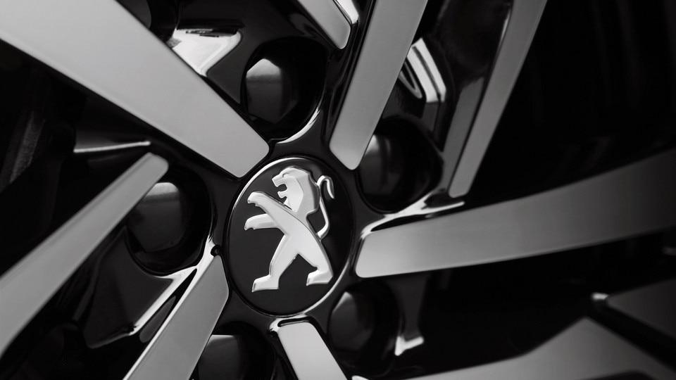 In twee kleuren uitgevoerde gepolijste lichtmetalen velgen 19'' Augusta, met vernis in de kleur Grey Dust - Nieuwe Grande Berline Peugeot 508 First Edition