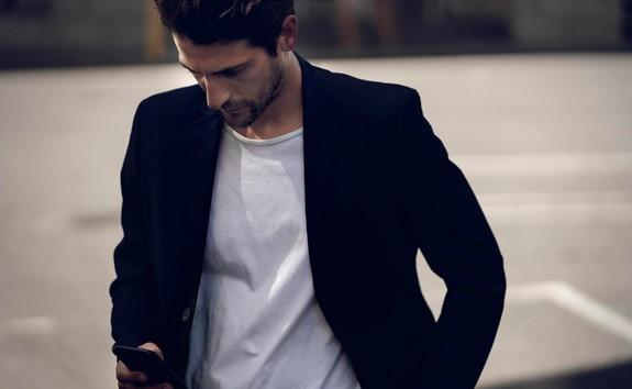 Nieuwe ELEKTRISCHE PEUGEOT 208 – Man met smartphone, MyPeugeot App