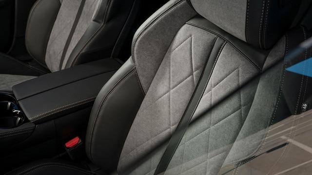 Nieuwe Peugeot 508 HYBRID GT, exclusieve bekleding van alcantara® in de kleur Gris Gréval